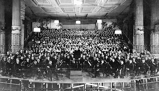 Stokowski and the Philadelphia Orchestra at the March 2, 1916 American premiere of Mahler's 8th Symphony. Philadelphia Orchestra at American premiere of Mahler's 8th Symphony (1916).jpg