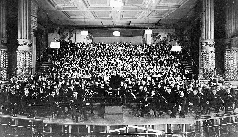 Philadelphia Orchestra at American premiere of Mahler's 8th Symphony (1916)