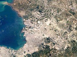 Satellitenaufnahme von Port-au-Prince (2005), Landebahn des Flughafens deutlich zu erkennen