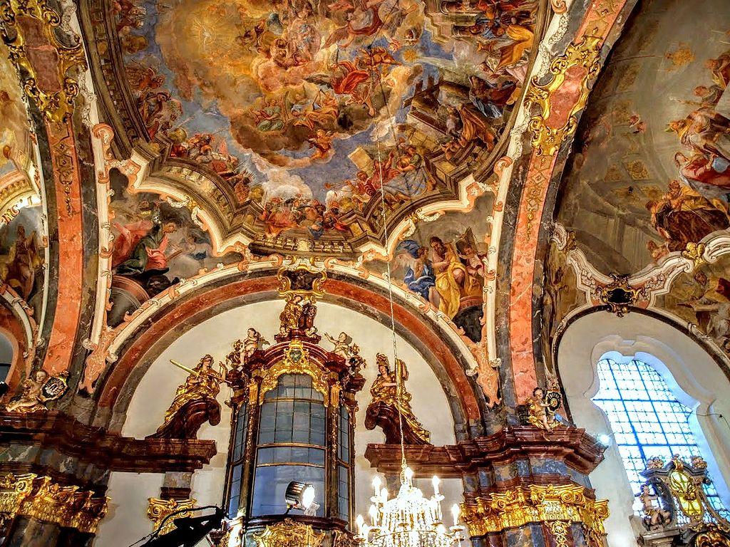 A l'intérieur de l'église de Notre Dame de Lorette à Prague - Photo de VitVit