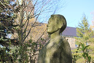 Büste von Maria Grollmuß vor der Schule in Radibor