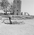Ramle. De Witte Toren en de ruines van de Witte Moskee. Een man is bezig water t, Bestanddeelnr 255-3863.jpg
