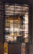 Rautenstrauch-Joest-Museum Köln - Ausstellungstück durchs Fenster (7840-42).jpg