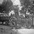 Repatrianten worden met vrachtauto's van uit het Adek-kamp in Batavia naar de ha, Bestanddeelnr 255-6771.jpg