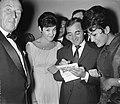 Rika Zarai vraagt een handtekening aan Charles Aznavour, Bestanddeelnr 912-9921.jpg