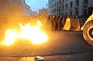 Bulldozer stößt am 1. Dezember 2013 in der Bankova Street mit internen Truppen zusammen