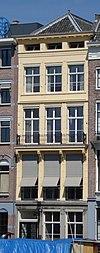 foto van Koopmanshuis met gepleisterde lijstgevel en hardstenen onderpui. 18e-eeuws; gevel van karakter