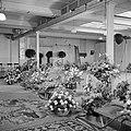 Ruimte met bloemstukken, sierbomen en tapijten (vermoedelijk cadeaus bij recepti, Bestanddeelnr 255-8484.jpg