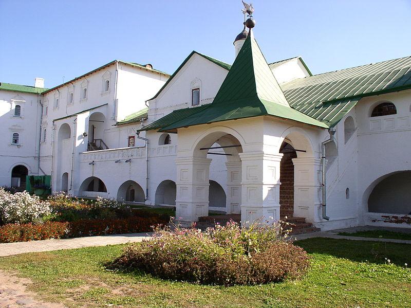 800px Russia Suzdal Archbishop%27s Palace 2 Суздаль   исторический центр Золотого кольца России