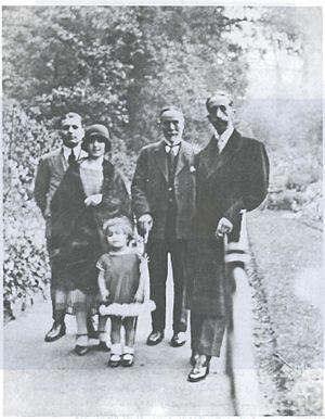 Saeb Salam - Salim Ali Salam with King Faisal I of Iraq in London along with Salim's son Saeb Salam and daughters Anbara and Rasha, 1925