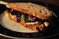 Sandwich med kylling, sennep, æble og rødkål.jpg