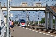 Проезжающий мимо станции скоростной поезд