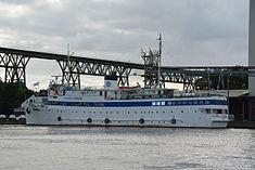 Schleswig-Holstein, Hochdonn, Fähranleger am N-O-Kanal; das Motorschiff Brahe lag dort als Hotelschiff für Wacken Open Air 2015 NIK 5434.jpg
