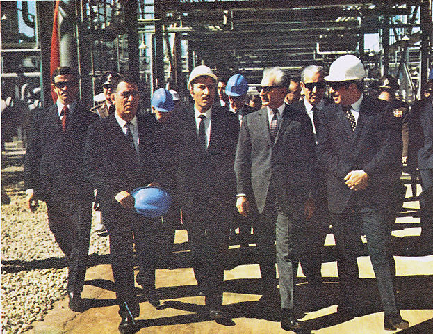 ¤ V1963 ¤ Topic officiel 623px-Shah_visits_AbadanPetrochemical