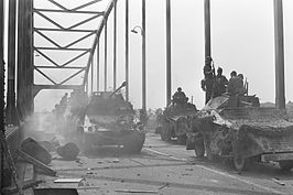 Filmopnamen van A Bridge Too Far in Deventer: soldaten trekken over de brug (18 mei 1976)