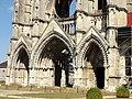 Soissons (02), abbaye Saint-Jean-des-Vignes, abbatiale, façade occidentale, vue sur les trois portails.jpg