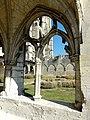 Soissons (02), abbaye Saint-Jean-des-Vignes, cloître gothique, galerie sud, arcade avec remplage, vue sur l'abbatiale 1.jpg