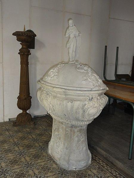 Sorcy-Saint-Martin (Meuse) église Saint-Rémi, fonts baptismaux et candselabre