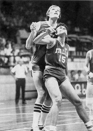 Uljana Semjonova - Stefania Passaro boxing out Semjonova in 1982