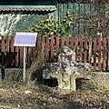 Steinkreuz Poppenbach mit Hinweisschild Dorfplatz.jpg