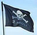 """Piratenflagge mit Totenkopf und Aufdruck """"St. Pauli"""""""