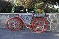 Sykkelverksted Putten 25 Hvasser Færder kommune Vestfold Norway. Veiviser reklameskilt på rødmalt sykkel. Sign on red painted vintage bicycle 2020-07-02 DSC01850.jpg