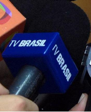 Detalhe de um microfone da emissora de televis...