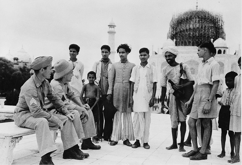 Ficheiro:Taj mahal agra india 1942 american soldiers.jpg
