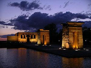 El templo por la noche. Sus alrededores de césped son un buen lugar para descansar tras pasar la noche en la cercana zona de copas de Plaza de España