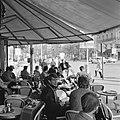 Terras van café-restaurant Deux Magots in Saint-Germain-des-Prés, Bestanddeelnr 254-0439.jpg