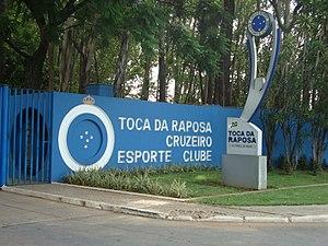 ca88ab9dc571b Entrada da Toca da Raposa I – Centro de treinamento utilizado pelas  divisões de base do Cruzeiro.