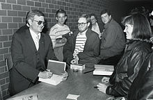 Tom Clancy ĉe Burns Biblioteko, Boston College.