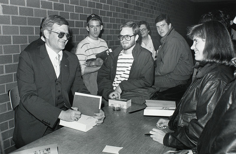 Fichier: Tom Clancy chez Burns Library, Boston College.jpg