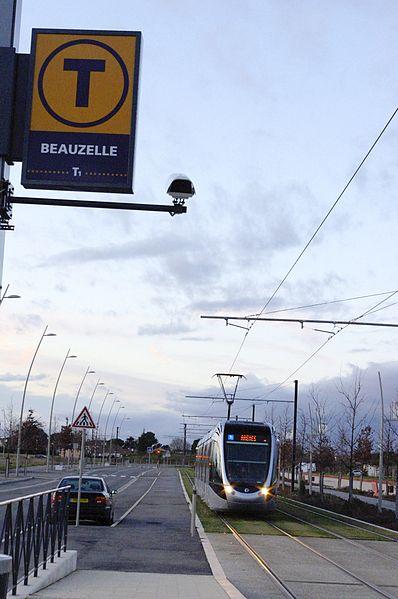 Toulouse. Arrivé d'un tram à l'arrêt  Beauzelle en direction de Toulouse.