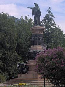 Monumento a Dante nei giardini pubblici. La statua venne eretta nel 1896, come simbolo dell'italianità della città e in contrapposizione alla statua del cantore medievale Walther von der Vogelweide a Bolzano.