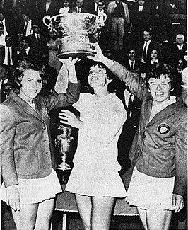 Julie Heldman (midden) bij huldiging Federation Cup in 1966; links Carole Graebner en rechts Billie Jean King
