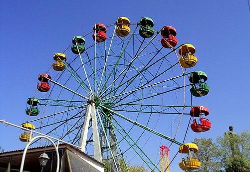 Victory Park Ferris Wheel, Yerevan.jpg