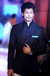 Vidyut Jamwal walks for Manish Malhotra & Shaina NC's show for CPAA 22.jpg
