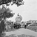 Voorbereiding voor opstellen van de stoet, praalwagen met reclame voor de wijn …, Bestanddeelnr 254-3859.jpg