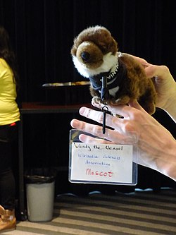 Wendy-the-weasel, la mascota (no-oficial) de Wikimania 2015 02.JPG