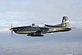 Zijaanzicht-van-pc-7-lesvliegtuig-in-de-lucht.jpg