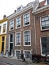 foto van Huis met rechte kroonlijst, bogen met natuurstenen blokken boven de vensters
