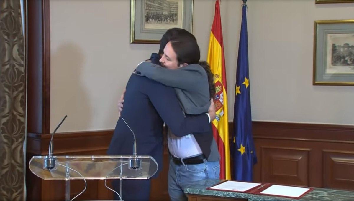 File:(Bro hug) Declaración conjunta de Pablo Iglesias y Pedro Sánchez.jpg - Wikimedia  Commons