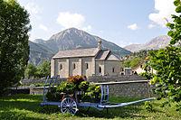 Église romane d'Allos et charrette bleue.jpg