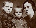 Кеша Смоктунович (слева) с братом Володей и тетей Надеждой Петровной Чернышенко.jpg