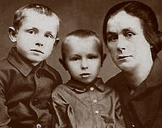 Innokenty Smoktunovsky - Smoktunovsky (left) with brother Vladimir and aunt in 1930