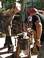 007 Parc de Sant Jordi, Fira Modernista de Terrassa, ferrers picant a l'enclusa.jpg