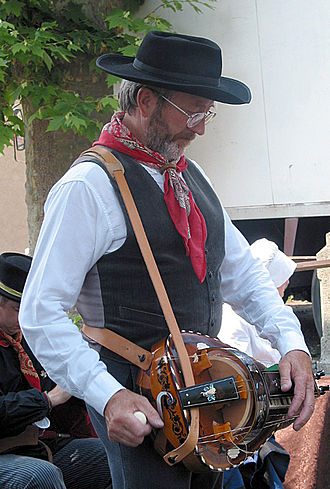 Hurdy-gurdy - Hurdy-gurdy player in  Saint-Jean-des-Ollières, Puy-de-Dôme (France)