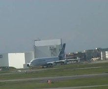 Fichier:A380 on taxiway.ogv