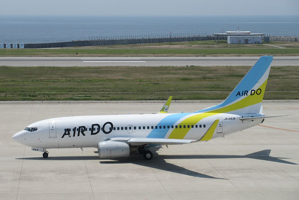 AIR DO Boeing 737-700 JA14AN at Kobe Airport